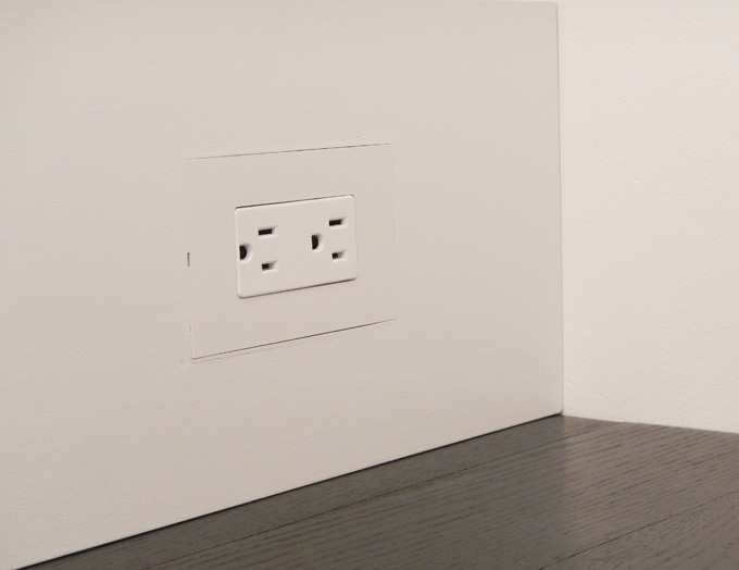 Smoothline flush wall plate for wood